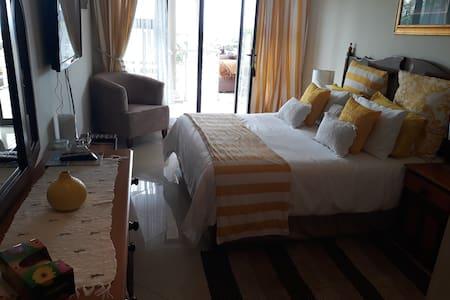 Gee Wizz B & B - Upstairs Yellow Room