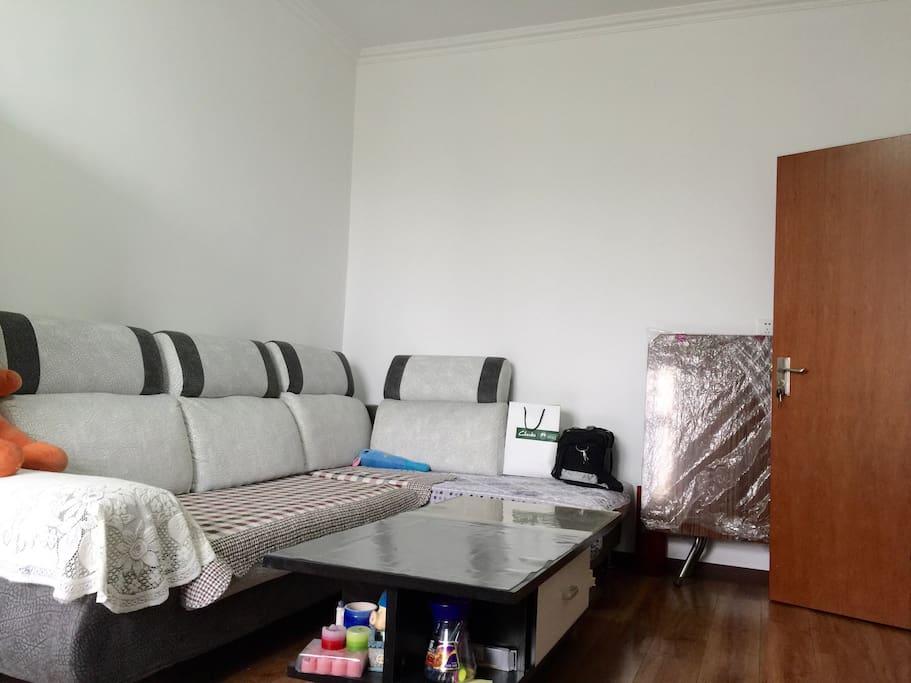 沙发都可以当床用,一个人睡没问题