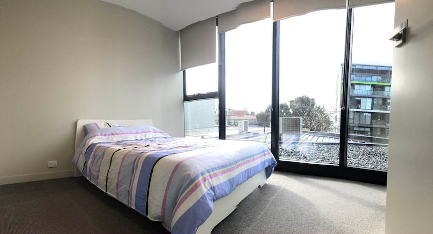 Moorabbin Apartment舒适阳光单人房间/出门火车站bus站各种店铺/City16公里