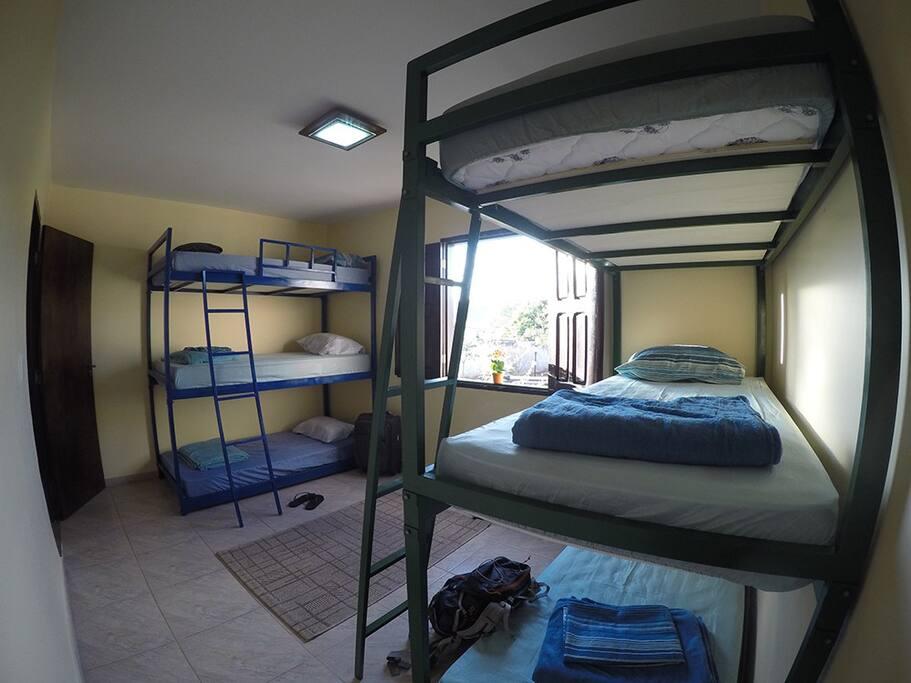 Quarto com 6 camas