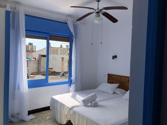 Twin room & private Bath 150 M beach and castle