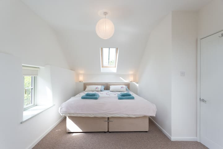 Bedroom with super king or twin beds