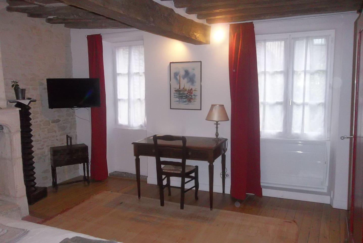 La première chambre à la première étage. Le bureau.