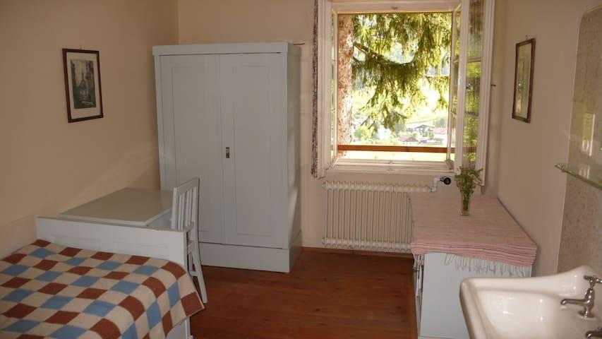"""Das """"kleine blaue Zimmer"""". Sehr ruhiges und gemütliches Zimmer mit fliessend Kalt- und Warmwasser. Die Möblierung besteht aus Zirbenholz und neue Matratzen sorgen für einen erholsamen Schlaf."""
