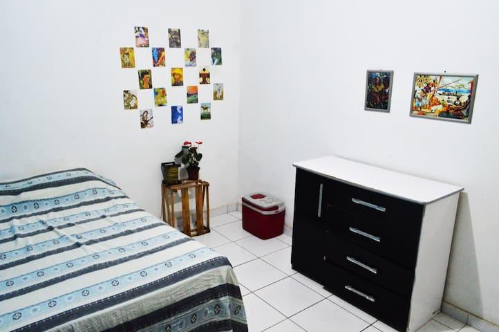 Quarto confortável/casa tranquila e arejada -Barra