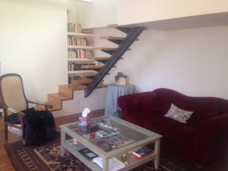 Salon avec l'escalier qui mène à la chambre
