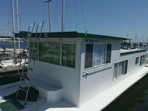 Houseboat Leo
