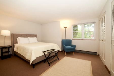 Spacious 3 Bed Apt. 33 min from downtown Boston