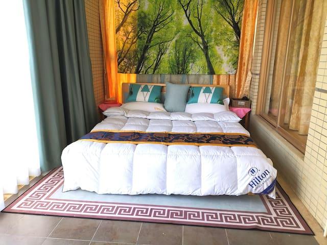 次卧:标准双人床,配乳胶床垫,确保好睡眠!