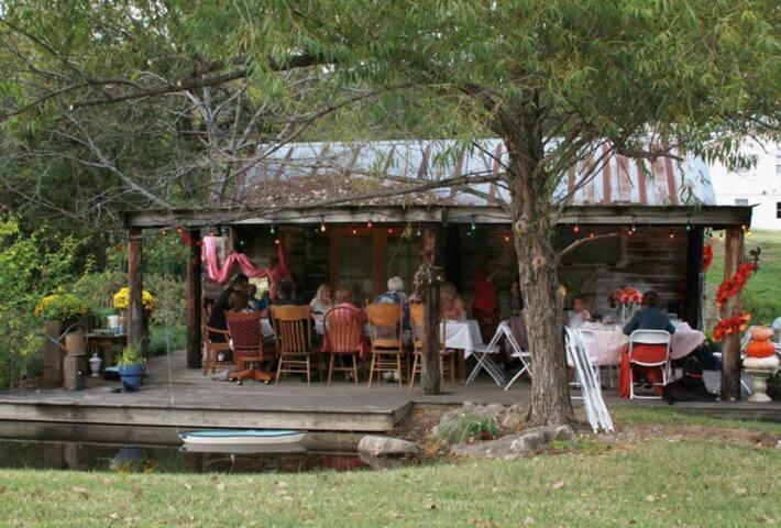 Little Cedar Cottage Beautiful Outdoor Space!