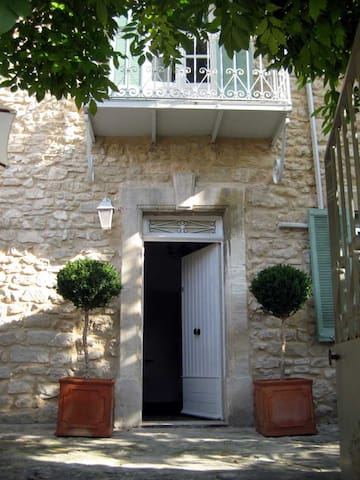 Maison Noel . Old village house - Lagnes - Bed & Breakfast