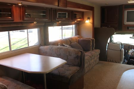 GLAMping in Charming RV Sleeps 6!! - Autocaravana