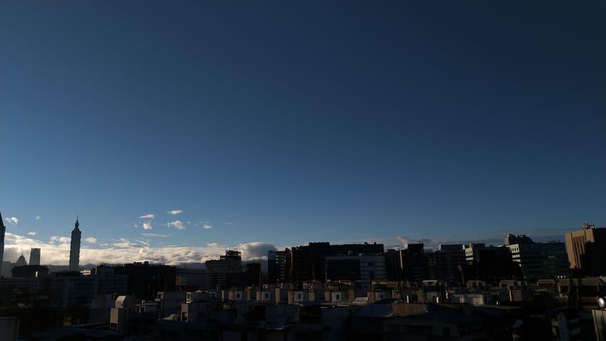 離松山機場最近 走路五分鐘 紅眼班機凌晨不辛苦 搭客運桃機也方便 雙捷運 時光小旅 樓中樓 省車省時