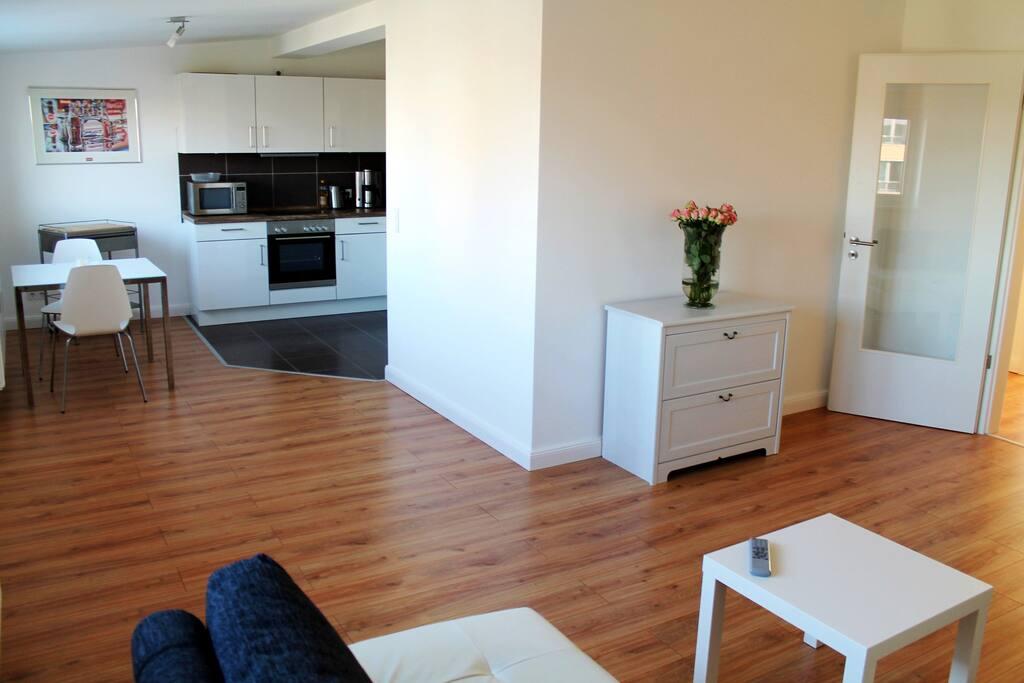 Offenes Wohnzimmer mit Blick auf die Küche