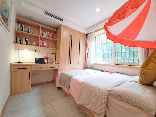 书房次卧,1.5双人榻榻米床+棕垫,书桌椅+台灯,朝北,床头粉色帐篷