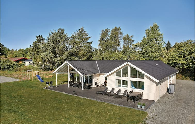 Holiday cottage with 7 bedrooms on 242m² in Vejby