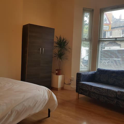 Bright Double Room (Room 1) in Hammersmith