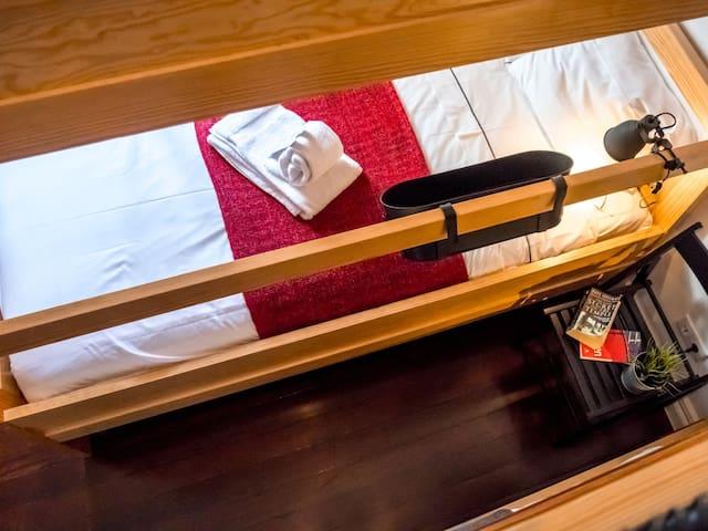 Cama num Dormitório Misto com 4 Camas