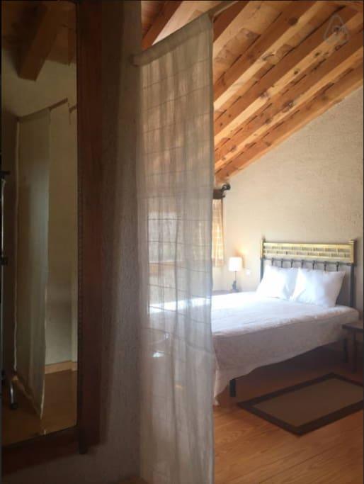 Dormitorio principal visto desde vestidor.
