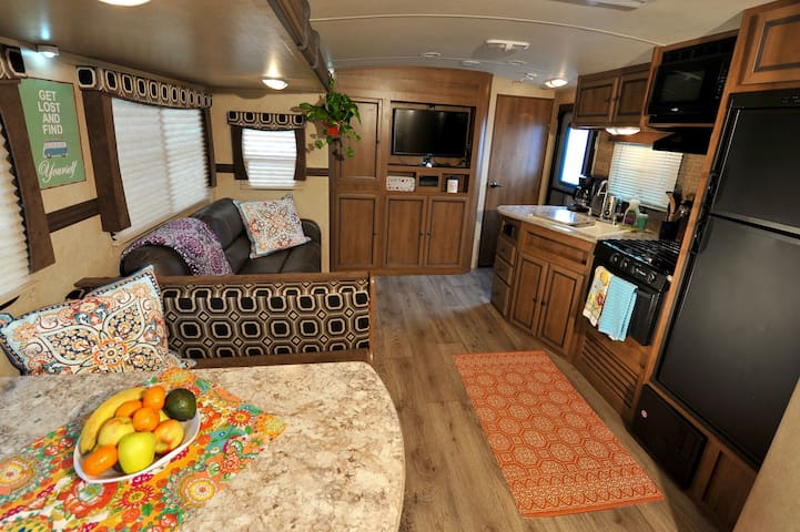 Spacious Family Camper with lake & mountain views - Bridgeport - Camper