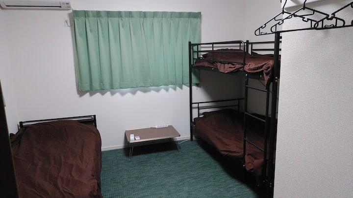 船橋駅から徒歩圏内にある新築ゲストハウスです。2段ベッド設置で最大3名が宿泊できます。