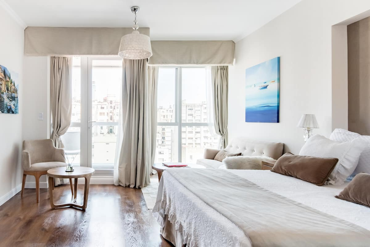 The City at your feet. Lovely apt. with balcony at Plaza San Martin.