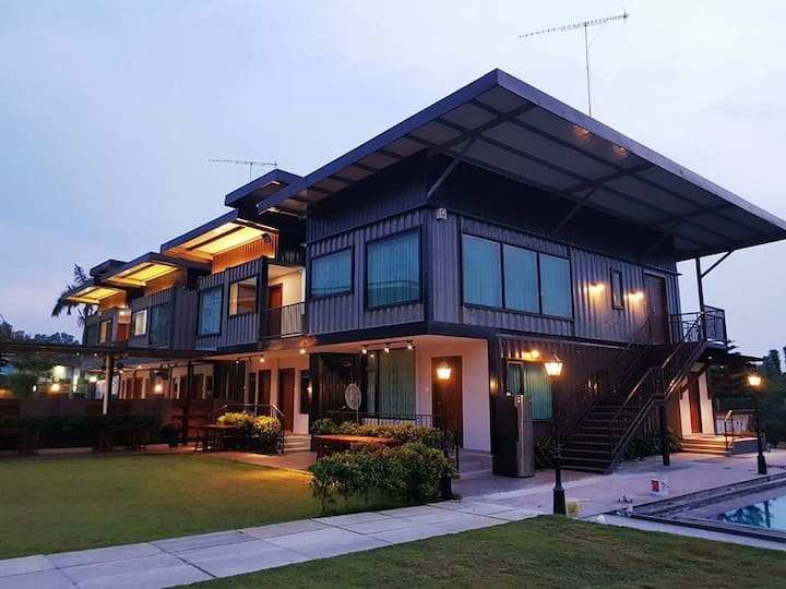Kluang container swimming pool homestay block B