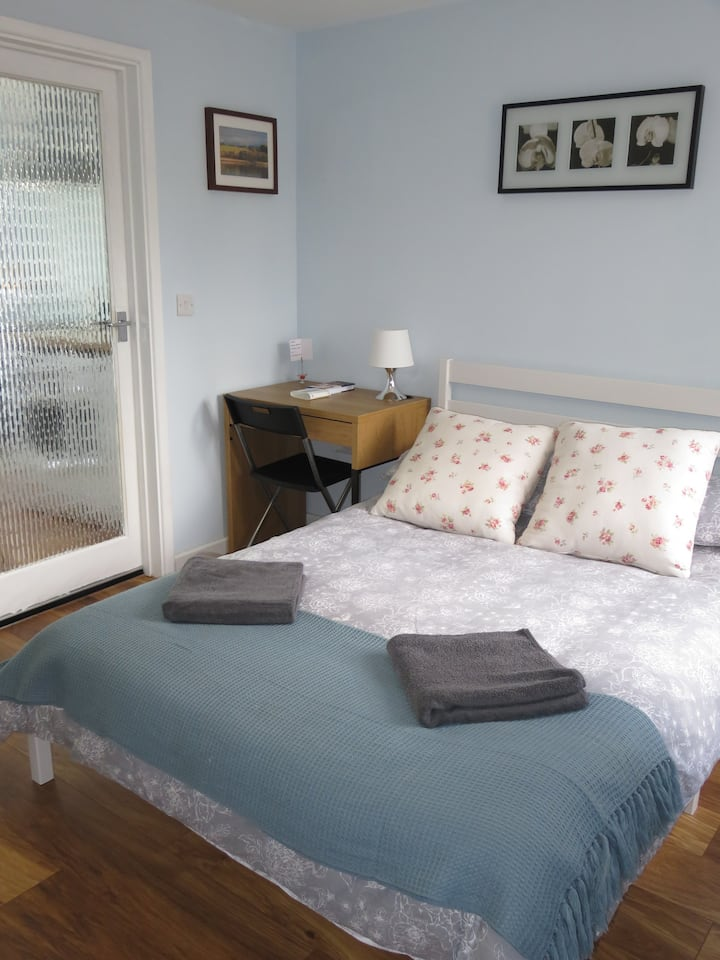 Self-contained studio close to City & Parking