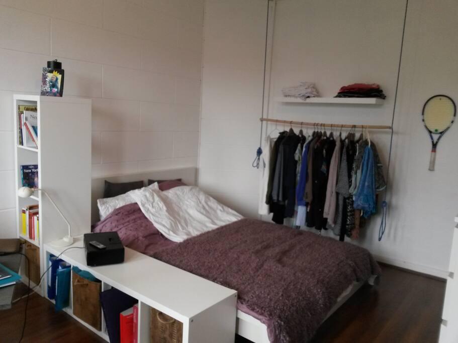 Das zu vermietende Zimmer ist möbliert, ansonsten leer (Persönliche Dinge auf dem Photo sind nicht in dem Zimmer)