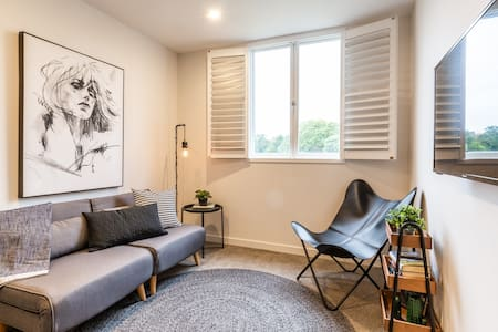 Self contained studio overlooking Central