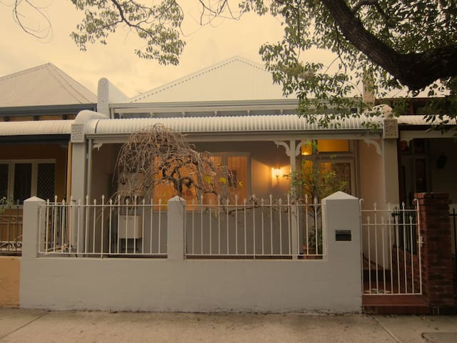 Character home, best location - Subiaco - Bed & Breakfast