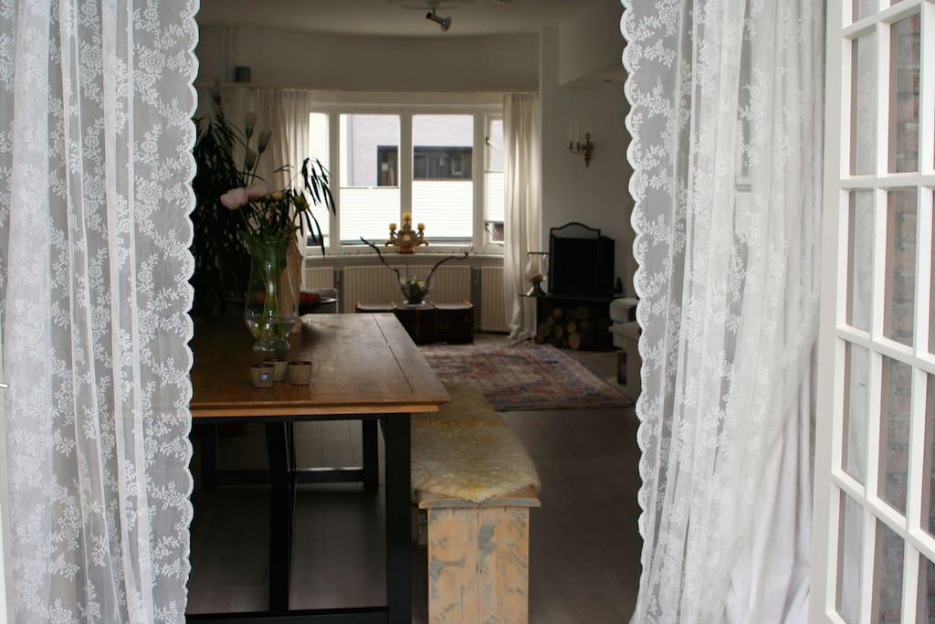 Inkijkje vanuit de tuin in de kamer