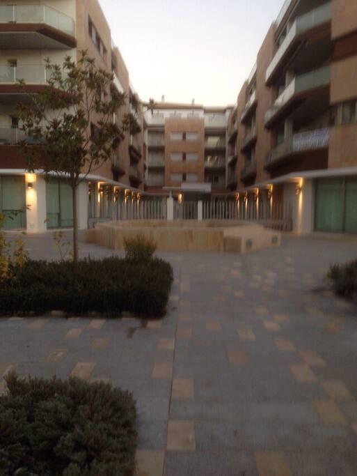 Tiene una hermosa plaza y es un recinto privado.