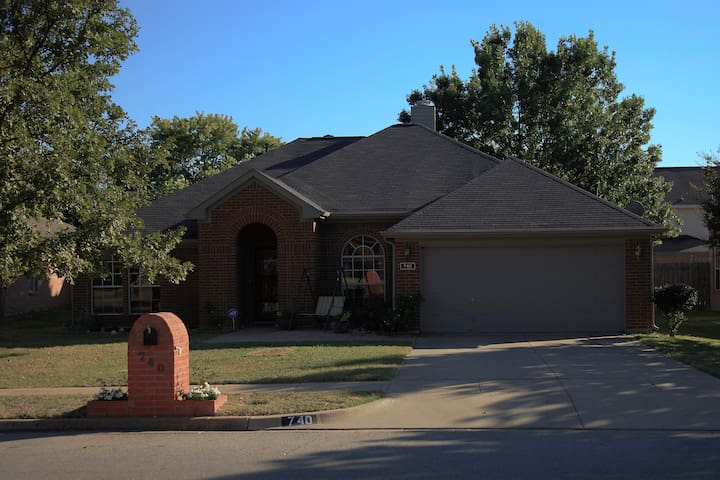 Centrally located clean house - Hurst - House