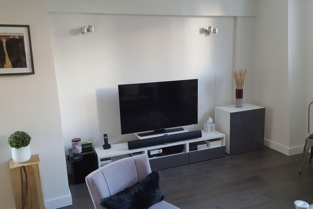 Excellent WIFI (fiber), large TV with selection of channels (Orange network), DVD player