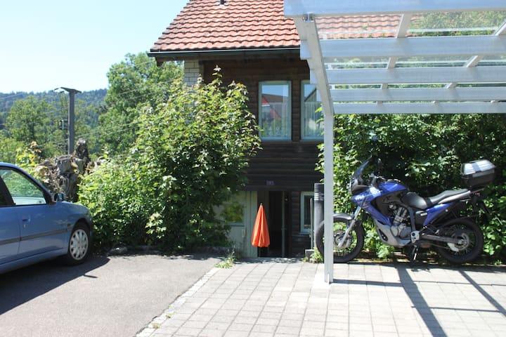 Parkplatz: rechts vom blauen Auto