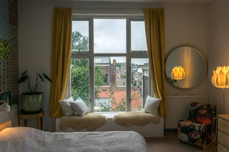Swedish large bright double room - Haarlem - Bed & Breakfast