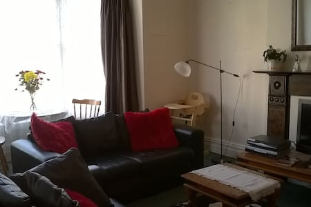 Spacious 2 Bedroom Flat (sleeps 5 comfortably) - Llandudno - Byt