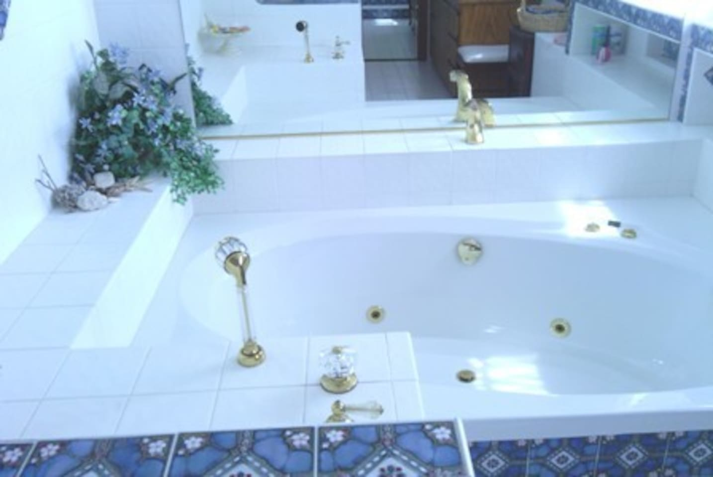 Huge Private Suite w/Jacuzzi - 2 Private Bathrooms - Bed and ...