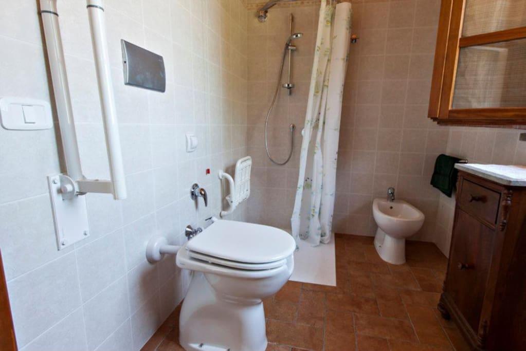 Il bagno (adatto anche ai disabili)