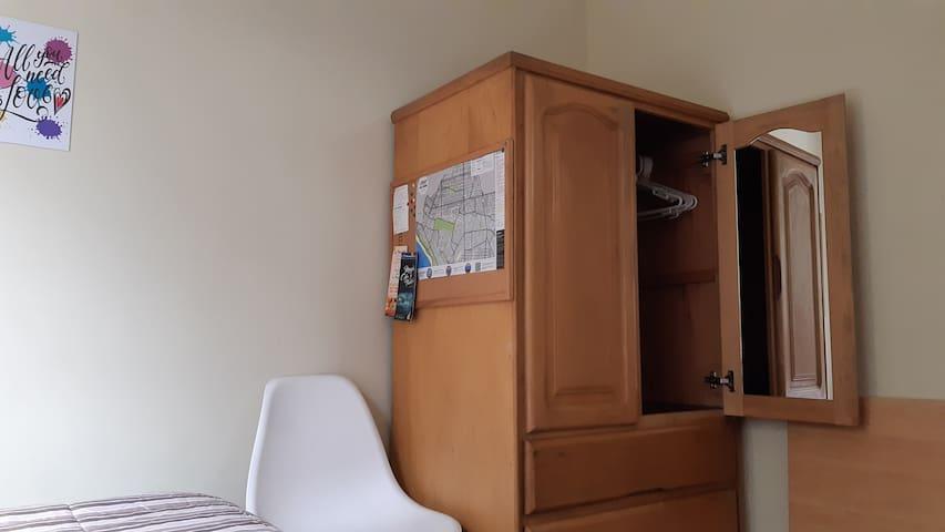 Un armario con cajones, perchas, espejo. La habitacion cuenta con una silla y una mesita de trabajo la cual la podrás plegar cuando no la estes utilizando.