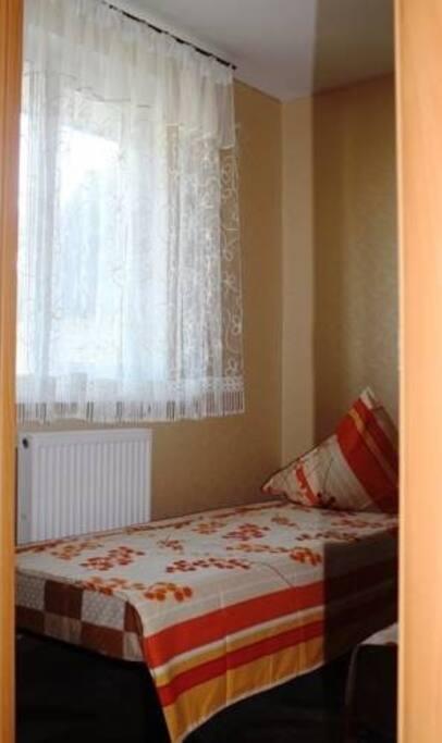 Количество спален 2.В каждой по 2 кровати, можно при желании совместить,угловой шкаф