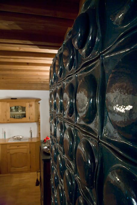 dettaglio della tipica stufa in ceramica in soggiorno   Деталь типичной керамической печи