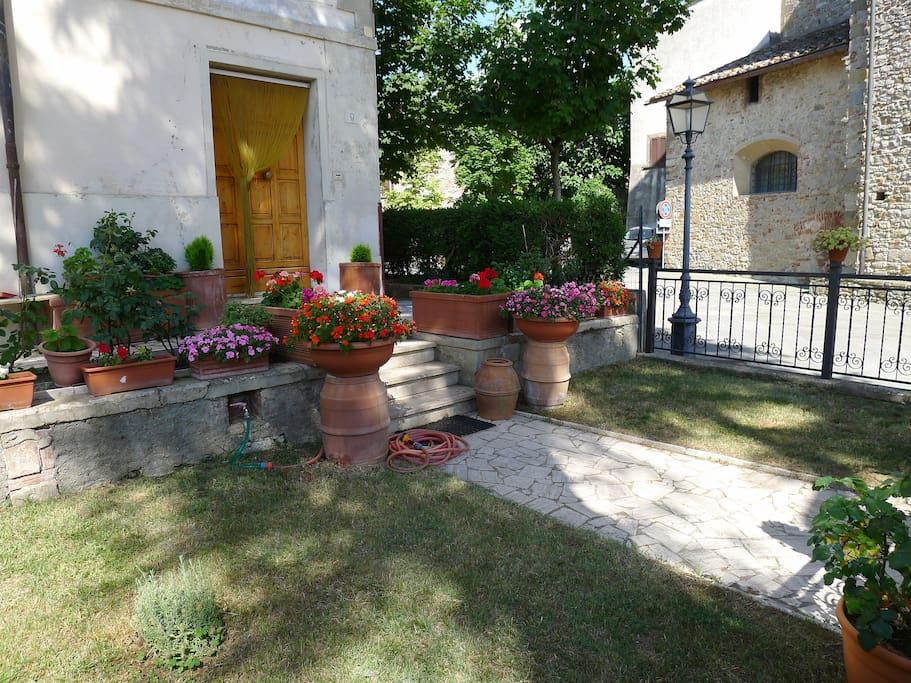 Piccolo giardino di fronta all'ingresso