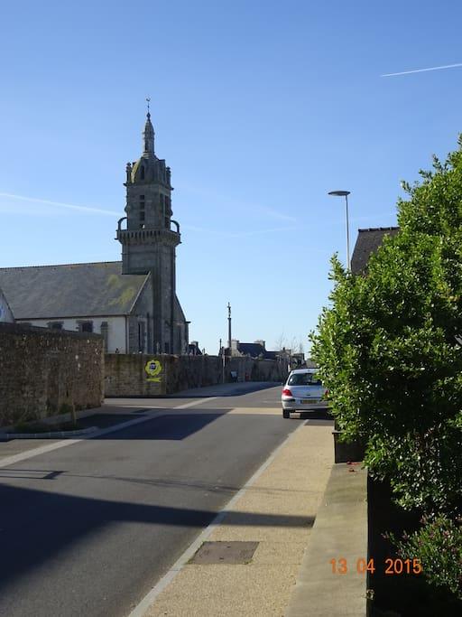 Devant la maison vers le centre bourg. La mairie et les commerces sur la place de l'église.