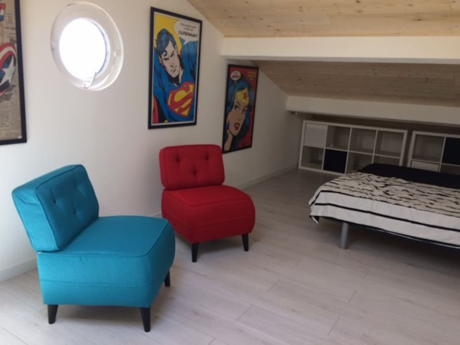 Une grande chambre à l'étage