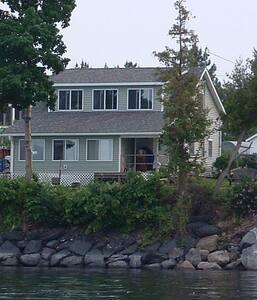 Gorgeous Lake Champlain & Mountain Views - Grand Isle - Apartment - 2