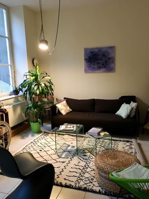 Coin salon avec canapé Habitat convertible