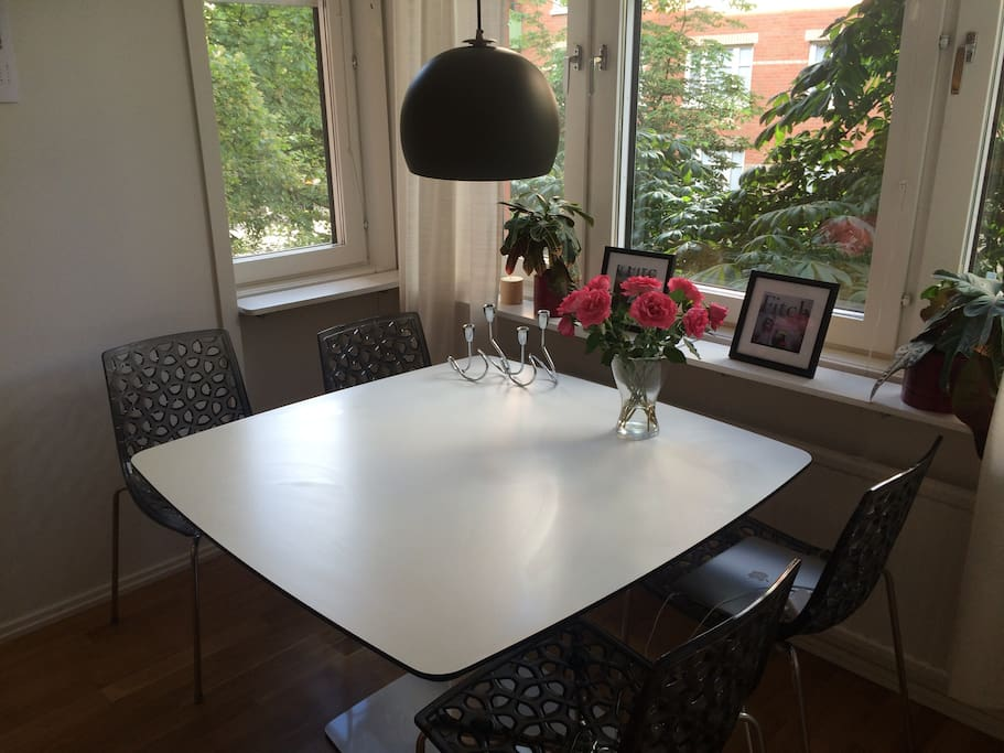 Kitchen table with bay window