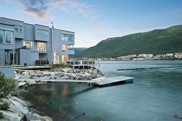 Comfortable waterfront apt, terrace jacuzzi&sauna